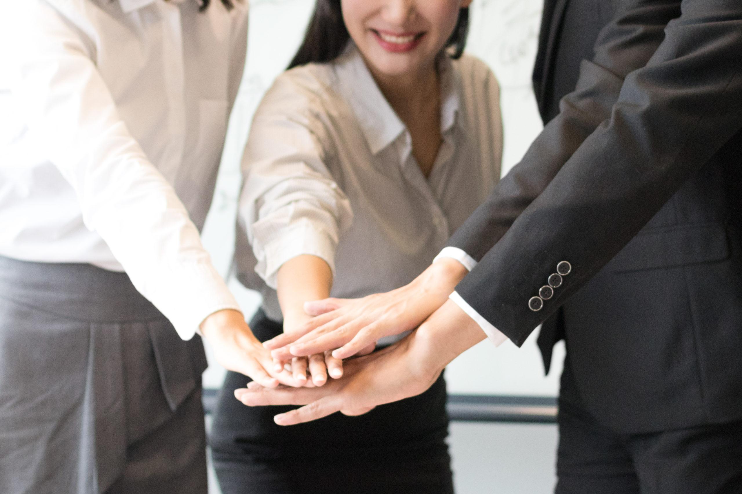 אנשי עסקים מניחים יד על יד