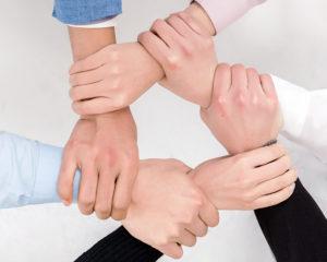 אנשי עסקים משלבים ידיים